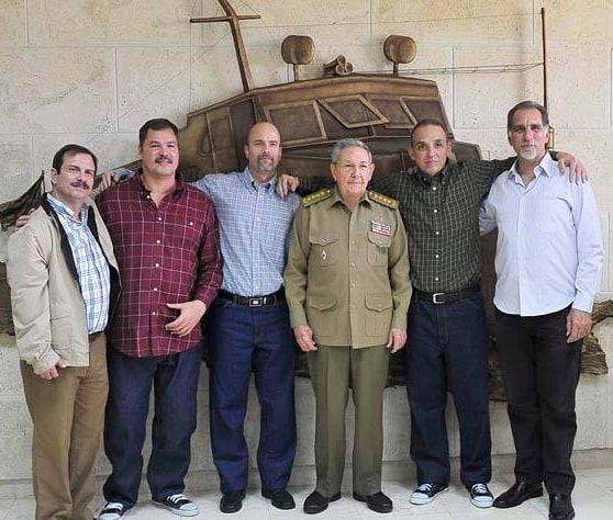 the_cuban_five_with_cuban_president_raul_castro_dec_18_2014_photo_by_cuban_ministry_of_foreign_affairs